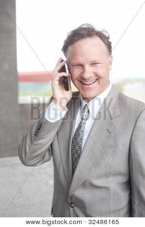 Portret van een zeker volwassen zakenman praten op mobiele telefoon