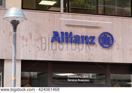 Toulouse , Occitanie France - 06 06 2021 : Allianz Insurance Sign Brand And Text Logo Wall Agency Of