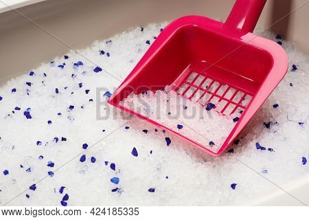 Cat Litter Tray With Silica Gel Filler And Scoop, Closeup
