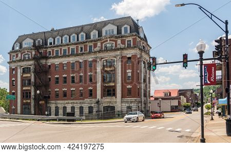 Grafton Wv - 5 June 2021: Abandoned Willard Hotel Building Which Is Part Of The B And O Railway Stat