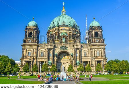 Berlin, Germany - August 31, 2015 : Tourists And Locals Enjoy Sunny Day At Beautiful View Of Berlin
