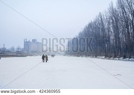 Pancevo, Serbia - January 22, 2017: People Walking On The Frozen Timis Tamis River During The 2017 W
