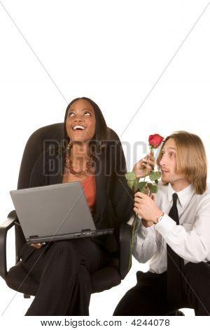 Liebe und Flirt im Büro am Arbeitsplatz
