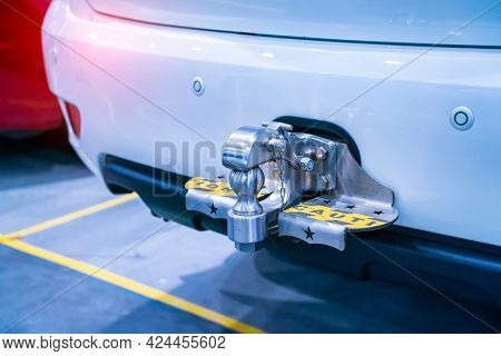 Tow hitch for towing a trailer of SUV