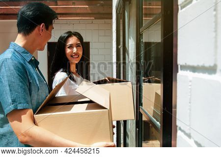 Asian Couples Move Boxes Through The Door To Enter Their New Home In Happiness Together : Happy Fami