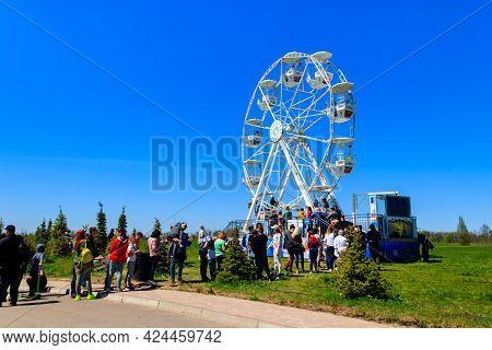 Kiev Region, Ukraine - May 10, 2021: Small Ferris Wheel In Dobropark Park, Kiev Region, Ukraine