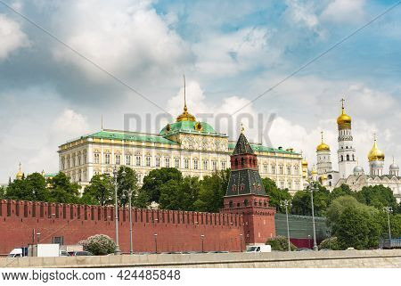 Russia, Moscow The Grand Kremlin Palace And The Cathedral Of St. Archangel Michael In The Kremlin.