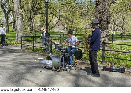 New York, Usa - April 26,2018 : The Duo Jazz Band Performing At The Mall And Literary Walk In Centra