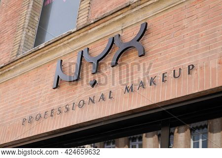 Toulouse , Occitanie France - 06 16 2021 : Nyx Professional Makeup Sign Brand And Logo Text Of Trend