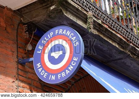 Toulouse , Occitanie France - 06 20 2021 : Le Slip Francais Sign Brand And Text Logo Front Of Underw
