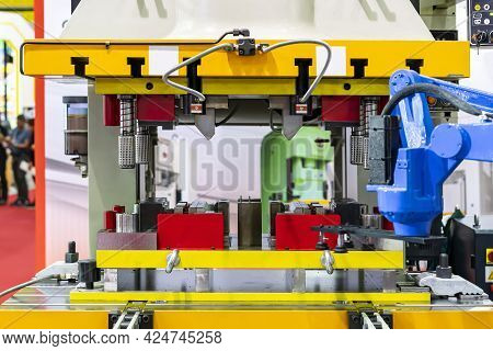 Automatic Hydraulic Press Stamping Machine And Press Mold Or Die Fixture With Robot Arm And Suction