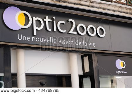 Toulouse , Occitanie France - 06 16 2021 : Optic 2000 Brand Logo And Text Shop Sign Front Of Store M