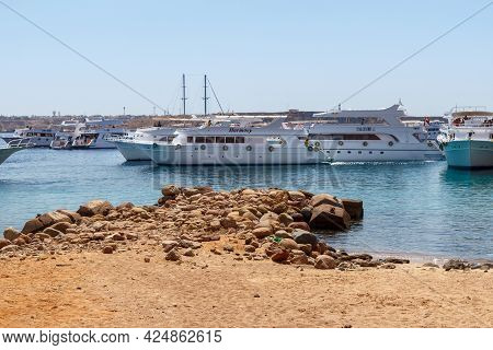 Sharm El Sheikh, Egypt - June 7, 2021: Luxury Yachts With Tourists On Board In The Bay Of The Red Se