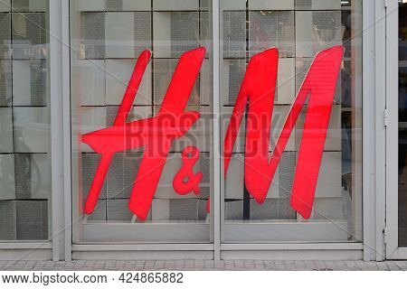 Bordeaux , Aquitaine France  - 06 20 2021 : H&m Logo Brand And Text Sign Of Store Hennes Mauritz Ab