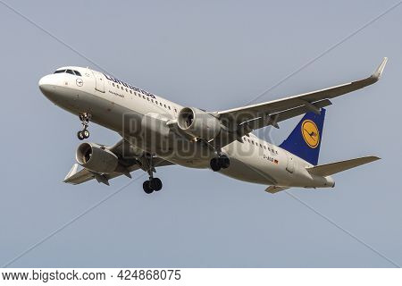 Saint Petersburg, Russia - May 08, 2018: Airplane Airbus A320-200 (d-aiub) Of Lufthansa Airlines In