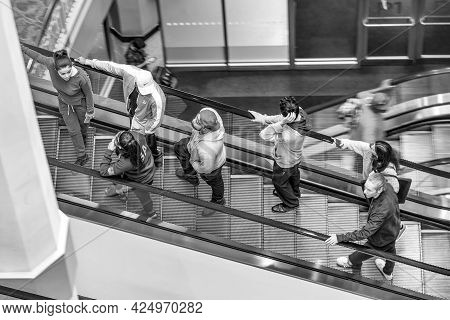 Providence, Usa - September 22, 2017: People At A Rolling Escalator In The Shopping Center Providenc