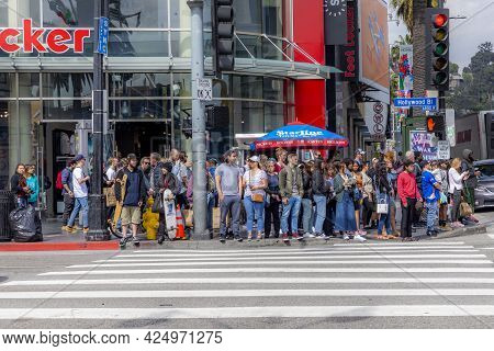 Los Angeles, Usa - March 5, 2019: People At A Pedestrian Crossing Wait For Green Light On Hollywood
