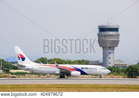 Kota Kinabalu,sabah-mac 14,2016: Malaysia Airlines Boeing 737-800 9m-mxc Painted In Oneworld Allianc