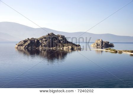 Lakebafaislandsandruins