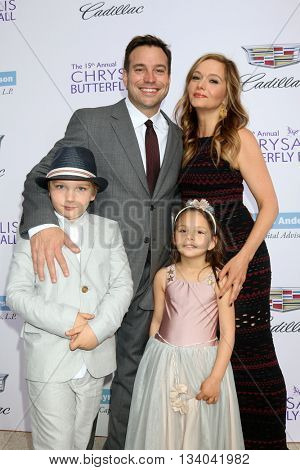 LOS ANGELES - JUN 11:  Hank Steinberg, Kara Dors, children at the 15th Annual Chrysalis Butterfly Ball at the Private Residence on June 11, 2016 in Brentwood, CA