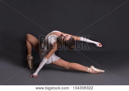 the ballerina  in full body in pointes dances