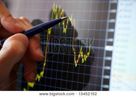 Diagrama de muestra de mano del empresario sobre informe financiero con pluma