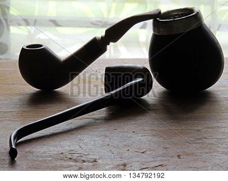 Pipas de madera para fumadores para momentos de ocio.