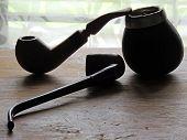 Pipas de madera para fumadores para momentos de ocio. poster