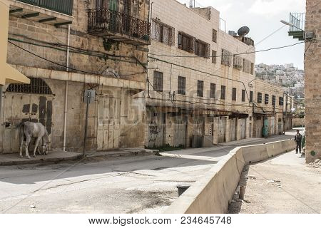 Hebron, Occupied Palestinian Territory, 15.07.2015 : Abandoned Street Of The City Of Hebron In The O