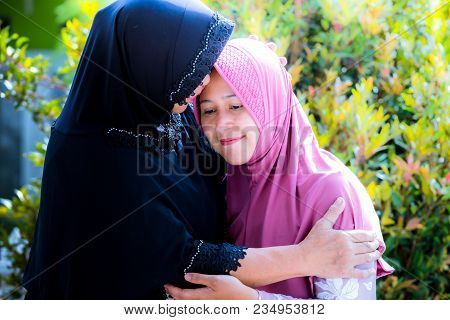 Mother And Daughter Forgive Each Other During Ied Celebration
