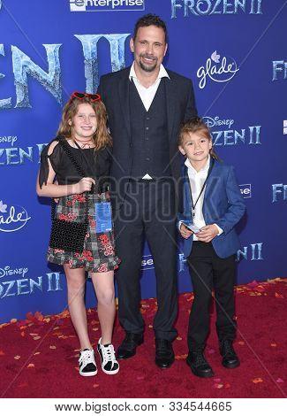 LOS ANGELES - NOV 07:  Jeremy Sisto, Charlie Ballerina Sisto and Bastian Kick Sisto arrives for the 'Frozen II' Premiere on November 07, 2019 in Hollywood, CA
