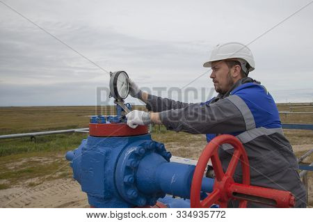 Gas Operator, The Operator Operates The Gas Well With A Torch.the Mechanic - The Repairman , Oil, Ga