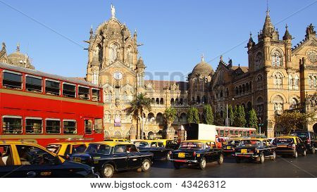 Black and yellow cabs in front of the Victoria Terminus.