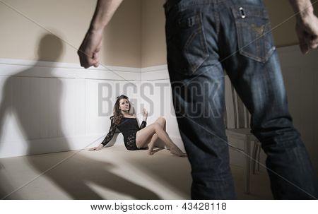 Szene von Mann und Frau, die häusliche Gewalt zum Ausdruck zu bringen