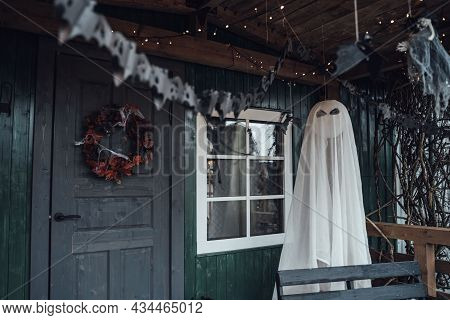 Scary Flying Hanging Toy Ghost.decorating Of Porch Outdoor On Street For Halloween Holiday.bat Garla