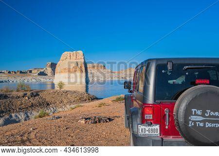 Glen Canyon Nr, Az, Usa - Sept 30, 2020: A Jeep Wrangler Unlimited Sports Parked Along The Preserve