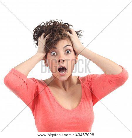 Mujer asustada con las manos en la cabeza y abrió la boca