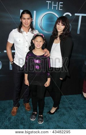 LOS ANGELES - MAR 19:  BooBoo Stewart, Fivel Stewart, Sage Stewart arrive at
