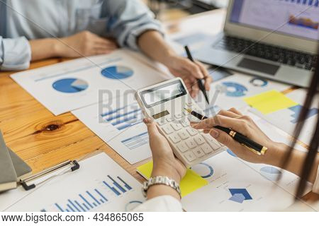 Meeting Room Atmosphere Of A Startup Company, The Finance Department Is Meeting With Executives To P