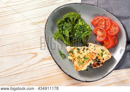 Tuna Slices With Broccoli And Tomatoes On A Gray Plate And A Light Wooden Table, Healthy Meal For Sl