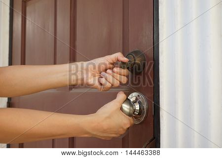 locksmith will open the door with unknow key for background