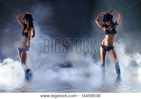 Mode-Shooting jung und sexy Frau in erotischen Dessous auf dunklem Hintergrund