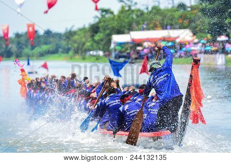 Samutsakorn,thailand-17 August 2014 : Unidentified Crew In The Annual Long Boat Race Of Samut Sakhon
