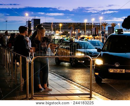 Barcelona, Spain - May 31, 2018: Queue Of Tourists And Visitors Of Barcelona Waiting For The Taxi Ca