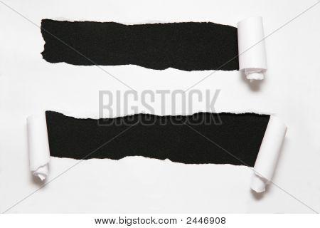 das Blatt Papier mit zwei Löchern