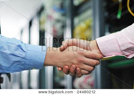 Grupo de negocios joven ingeniero en servidor de red de la gente sala para resolver problemas y da ayuda y