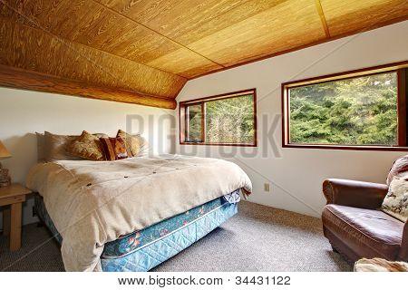 Cowboy-Schlafzimmer mit Holzdecke und Holz-Ansicht.