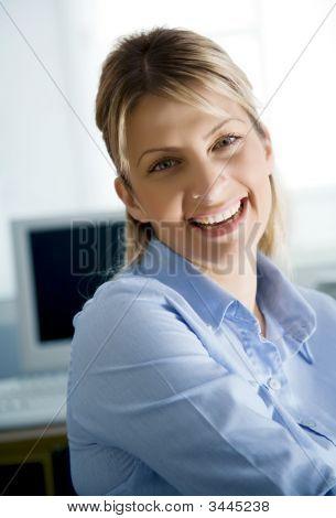 Joven oficinista feliz