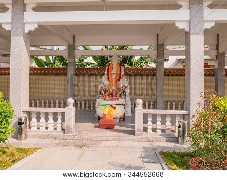 Chenghai.shantou/china-02 April 2018:large Joss Stick Pot And King Taksin Statue In Grave Of King Ta