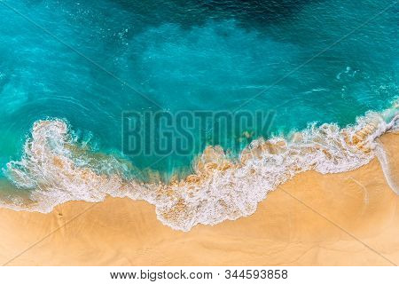 Aerial View Of Turquoise Ocean Waves In Kelinking Beach, Nusa Penida Island In Bali, Indonesia. Beau